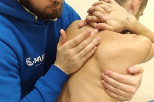 Мануальный прием на большую ромбовидную мышцу